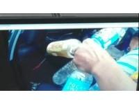 阿伯撿空瓶罐上國道險遭撞 上警車喃喃說撿瓶子賣錢