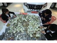 鄭州男扛10袋錢幣買車 店員耗12小時「數到手抽筋」