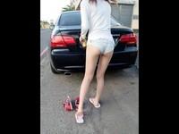 「美腿蜜臀妹」擋車引暴動 本尊笑回:為什麼我是惡魔系女孩啦