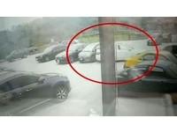 殯儀館停車場有三寶 賓士「無敵倒車」撞凹本田落跑