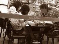 大疊金紙擺桌...3女超商默默「摺金元寶」 網掀正反論戰