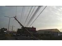 載女兒準備回家...休旅車失控撞斷電線桿 鹿港百戶大停電