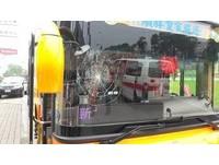 雙層巴士閃機車急煞 旅客墜落重摔...頭撞破擋風玻璃