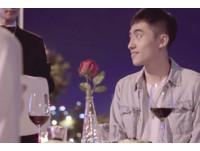 禮物盒超狂!這對情侶「當街吃排餐」上網找禮物抽香港機票