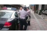 警敲車門毒蟲飛車逃逸 自撞破輪瞎扯「毒品超商買的」