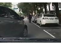用生命在停車!女三寶「45度硬切」 搖窗嗆:你要幹嘛