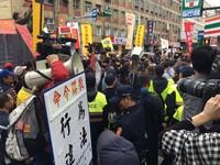 影/勞團推擠柯建銘、丟煙霧彈 警方增派近百警力支援