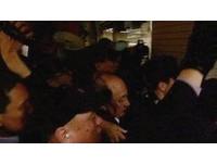 柯建銘被包圍倒地、丟寶特瓶 行政院譴責:暴力不可取