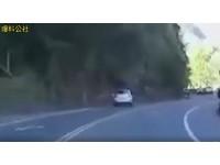不理山路怎麼彎...埔里駕駛筆直撞山壁 輪胎脫逃滾一旁