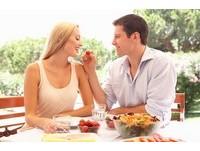 有「吃貨」女友多幸運? 「6大好處」...有食物一切好說