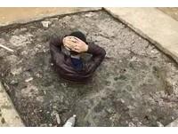 「偷狗賊」被村民抓住 罰全身泡化糞池...羞愧遮臉