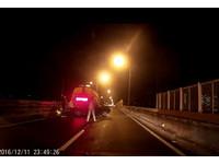 喜美競速「卡進」掃街車 朋友跑了!榮總醫師熱心救援