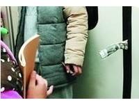 屁孩捲報紙「塞地鐵車門」 乘客暴怒:家長還在旁邊笑!