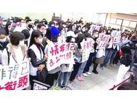 興航員工重返松山機場淚別 「給旅客的一封信」表訴求