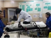 連30秒都不能浪費! 150公分女醫跪擔架替心臟病患CPR