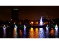 最浪漫聖誕夜景!「水上聖誕樹」倒映水面照亮台南運河