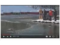 不愧是戰鬥民族!-5℃低溫 好心猛男跳冰河救小狗