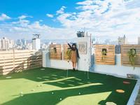 民宿頂樓設有迷你高爾夫球場!繽紛主題客房可愛值破表