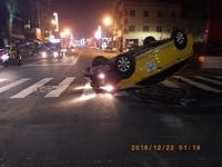 計程車闖紅燈互撞...翻成四輪朝天 警持甩棍破窗救人