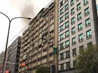 快訊/北市忠孝東路4段火警 頂樓竄出火舌、濃煙