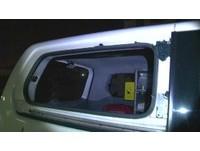 「救護車繞一圈才停」 醉男雙酒瓶狂擊砸爆整片車窗