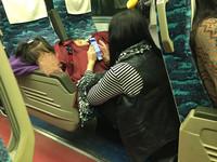 母愛偉大!媽媽火車上自己蹲腳踏板 只為讓孩子睡好覺