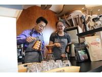 台東縣府大廳咖啡飄香 黃健庭珍珠婚手泡咖啡獻夫人