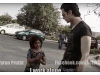 3歲女童街頭賣愛心筆 她的天真童語讓網友心都碎了...