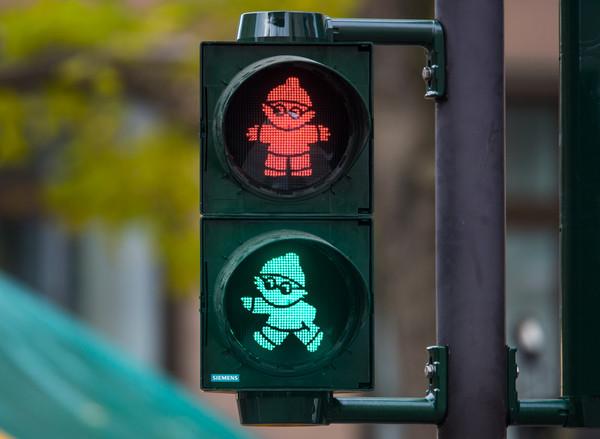 中国小孩子搞笑视频_行人过红绿灯卡通图片图片展示_行人过红绿灯卡通图片相关图片 ...