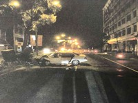 酒駕逆向自撞安全島 車毀變電箱歪...一度停電