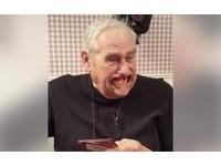 【影】真實版「笑掉大牙」 美白髮爺爺玩桌遊笑翻全場