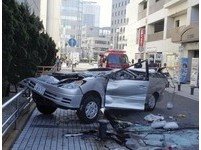 車頂壓扁...衝破停車塔5樓柵欄直墜路面 神奈川家庭3死2傷