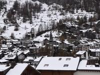 瑞士童話小鎮尋百年「香菇屋」 賞山城夜景空靈之美