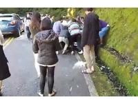 合歡山跨年...BMW撞壁輪胎卡水溝 大家捲衣袖暖心抬車