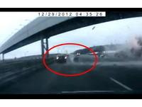 【影】俄國墜機衝撞公路 直擊機輪橫飛射歪轎車
