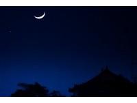 抬頭朝西約會彎彎月 超美「金星合月」肉眼就能看見