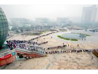 例行公式? 4條「人形蜈蚣」擠進南京財經大學圖書館
