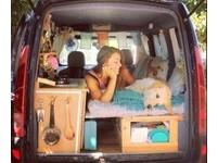 休旅車改造暖床+廚房 她載領養來的拉布拉多環遊世界