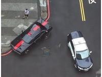 一條紅線「從頭貫到尾」 黑車違停完美隱身...警撇頭走