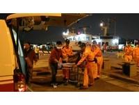船身搖晃鋼索打傷漁工  台南海巡冒惡劣海象馳赴救援