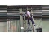 工人爬10米維修機器 左手掌捲入遭天車輾斷!