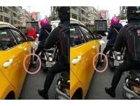 前輪重壓騎士腳...小黃運將下車飆罵:愛鑽車縫才這樣!
