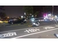 只差幾公分!休旅車攔腰撞...路燈應聲倒、測照呵呵笑