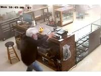 影/槍枝店遇搶劫 阿公老闆一個轉身...開槍秒殺歹徒!