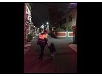 深夜最暖背影!新竹警「大手牽小手」 送走失男童回家