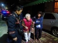 老婦人深夜街頭徘徊 巡警發現積極協助返家