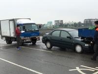 下雨天煞不住...橋上3車連環撞 婦人險成「夾心餅乾」