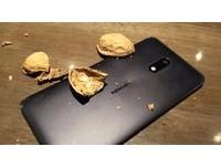 再續3310神機傳說!Nokia 6輕鬆粉碎半斤核桃