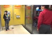 躲ATM暗門發出「嘶嘶嘶」 15歲少年困1小時