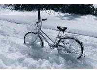 雪中推腳踏車回家...輪子變成「OREO餅乾」啦!